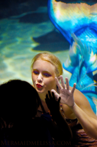 mermaid melissa kisses kids & children through glass aquarium window